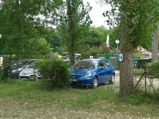 Camping Domaine d'Eurolac: parking sans brise vue