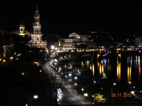 Am Terrassenufer Hotel : Blick Richtung Frauenkirche bei Nacht