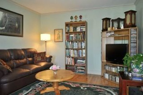 Anne Street Bed and Breakfast: guest living room