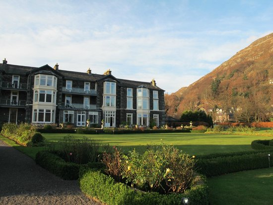 Inn on the Lake: View of Hotel from Grounds