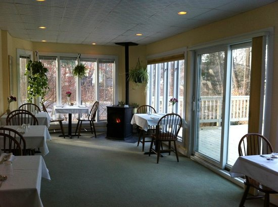 White Horse Inn: Cozy sunporch breakfast room