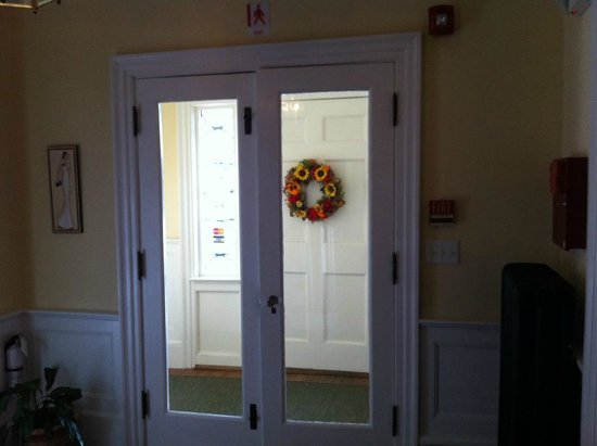 White Horse Inn: Cheerful entrance