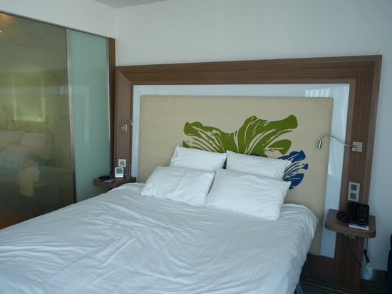 Novotel Saigon Centre Hotel: Bedroom with the magic wall to the left side