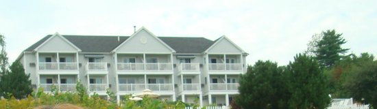 Strawberry Hill Seaside Inn: Back view of the building