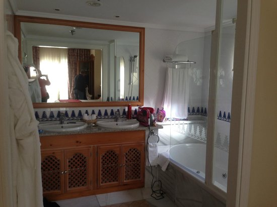 Marriott's Marbella Beach Resort: Master bathroom