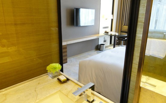 DoubleTree by Hilton Sukhumvit Bangkok: View fro bathroom to room.