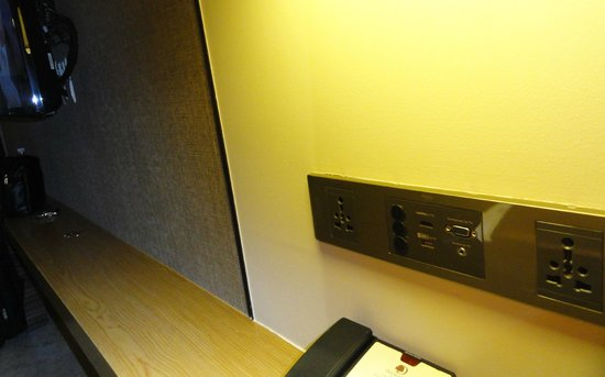 DoubleTree by Hilton Sukhumvit Bangkok: HDMI to TV port on the wall next to the TV set, just great...!!