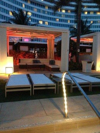 Fontainebleau Miami Beach : área com cadeiras de sol