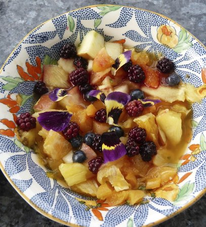 Manorbier Bed and Breakfast: Homemade fresh fruit salad with elderflower syrup