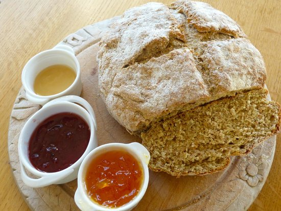 Manorbier Bed and Breakfast: Homemade soda bread, marmalade and strawberry jam