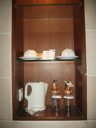 Bali Tropic Resort and Spa: Чай-кофе-сахар и чайничек  с чашками+ 2 бутылки воды