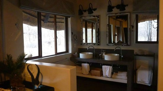 Mushara Lodge: there are two sinks in my chalet