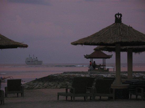 Bali Tropic Resort and Spa: Вид на океан с территории пляжа отеля