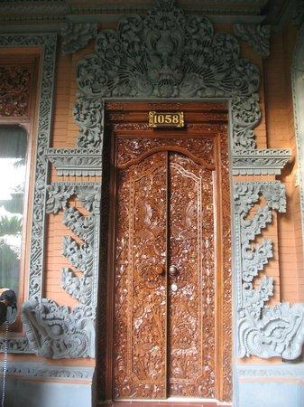 Bali Tropic Resort and Spa: Вот такой необычный и очень красивый вход в номер