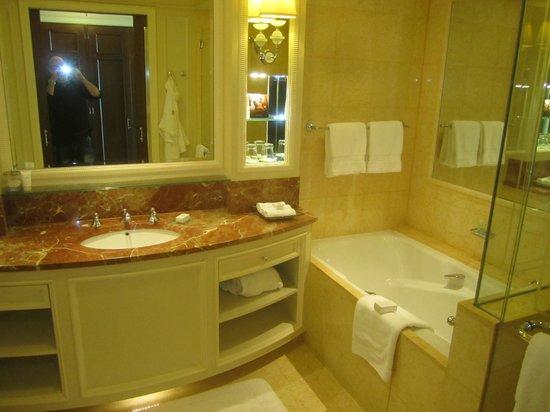 Four Seasons Hotel Doha: BATH ROOM