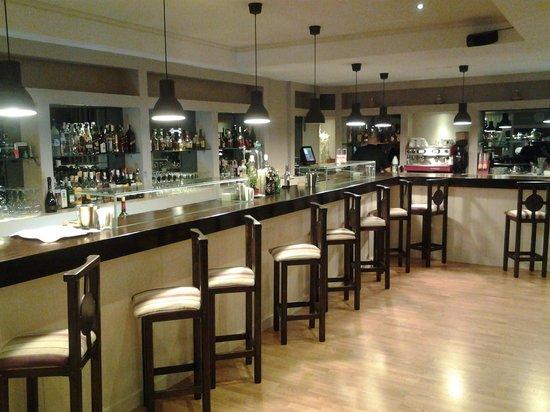 555 Wine & Tapas Restaurant: Barra