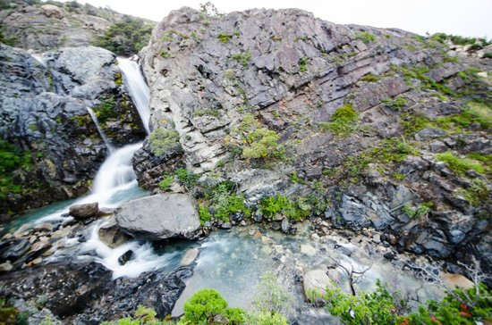 Refugio, Camping and Cabins Los Cuernos: waterfall by the cabins
