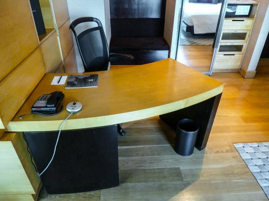 Hilton Kuala Lumpur : Spacious writing desk in our room