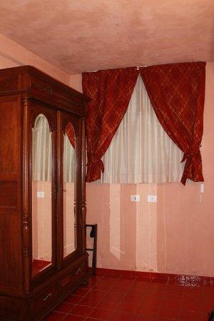Grana Barocco Art Hotel & Spa: Armadio e tendaggi