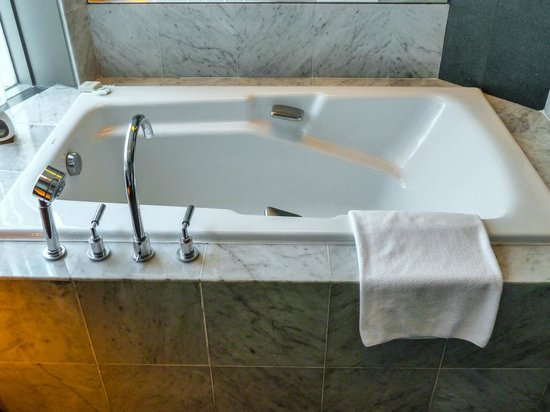Hilton Kuala Lumpur : Luxury bathtub in our room, very comfortable