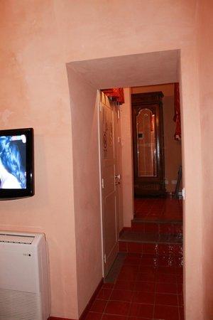 Grana Barocco Art Hotel & Spa: Vista della camera da letto dal soggiorno