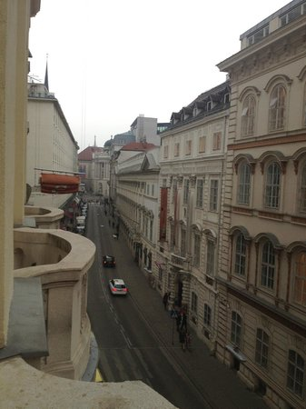 Steigenberger Hotel Herrenhof Wien: View of street from room balcony