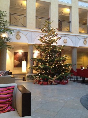 MJ's Hotel: Christmas tree in the hall