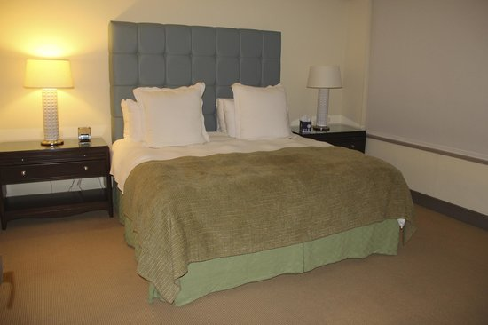 Sutton Court Hotel Residences: Lovely comfy Bed!