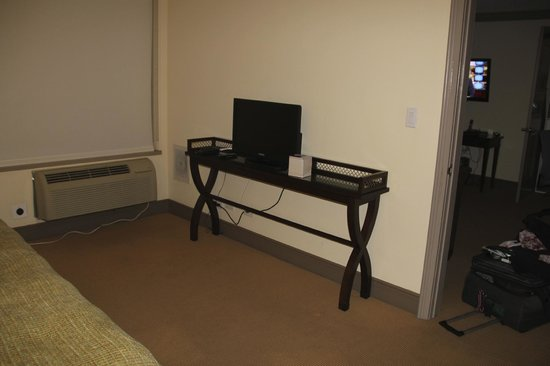 Sutton Court Hotel Residences: TV in bedroom