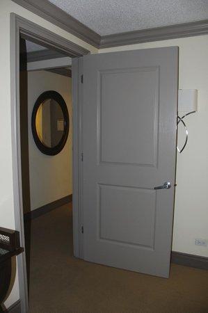 Sutton Court Hotel Residences: Door between Bedroom and Living room