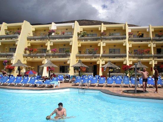 Sol Jandia Mar Aparthotel: Vista de la piscina y de los apartamentos