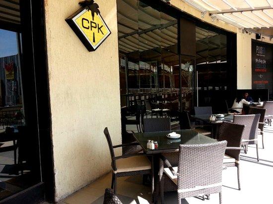 California Pizza Kitchen: Outside sitting area