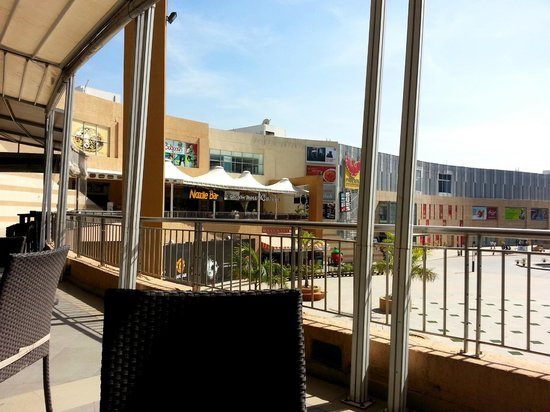 California Pizza Kitchen: View from outside sitting area
