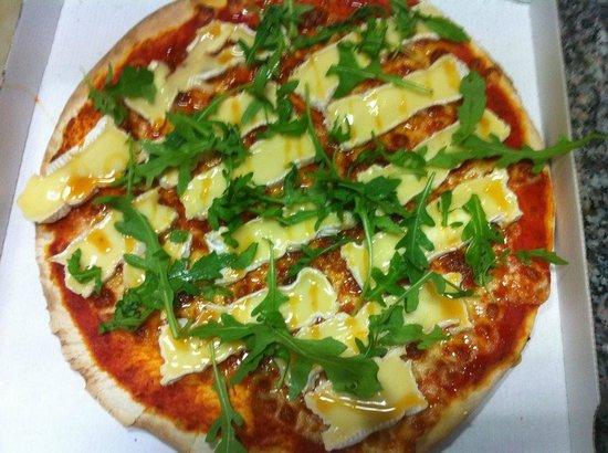 """La pizza """"Le Rendez-Vous"""": tomate, mozzarella, camembert,  roquette, poivre de sichuan, balsamiq"""