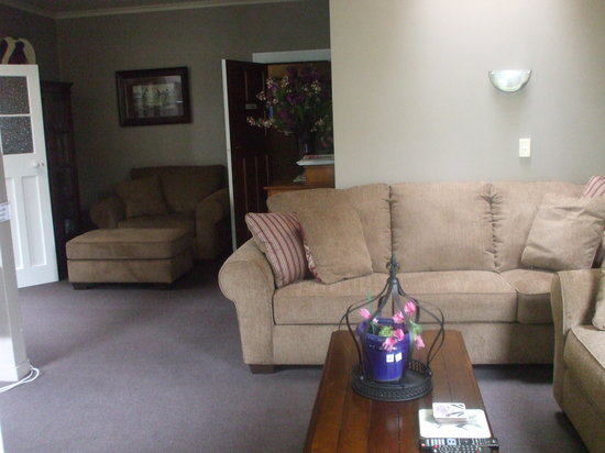 Elizabeth Court Guest House Bed & Breakfast: The TV Lounge - Comfy as