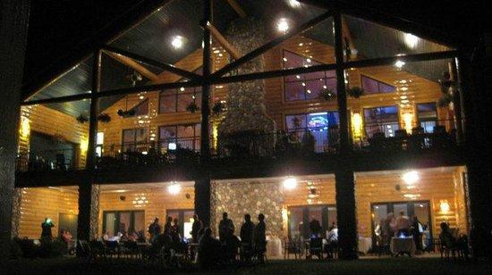 Waubee Lake Lodge: Outside dining at night