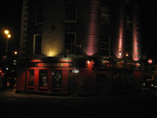 Doyle's Pub: Nicely lit-up