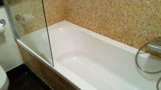 Hotel De Petris: Bathtub