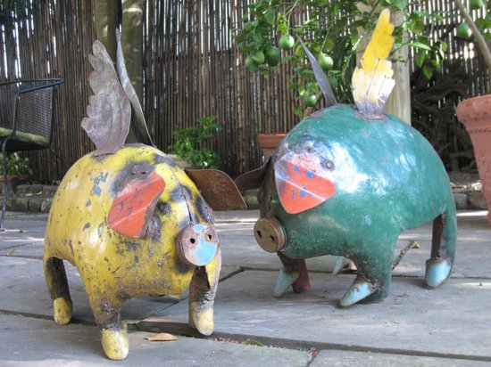Chimes Bed and Breakfast : Garden art, flying pigs
