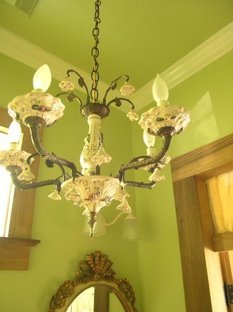 Chimes Bed and Breakfast : Room #5, bathroom chandelier