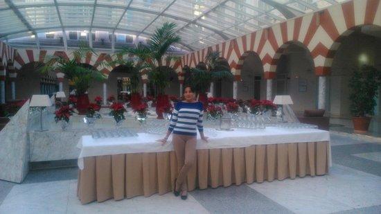 Silken Al-Andalus Palace Hotel : salones en planta baja, acceso a comedores y buffet
