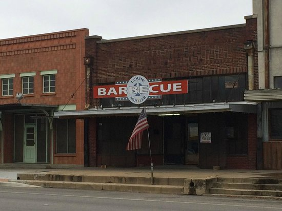 Louie Mueller Barbecue: front of the store