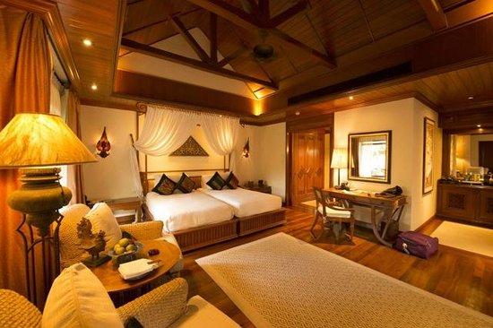 Four Seasons Resort Chiang Mai: Suite com closet, banho, minibar, saleta...