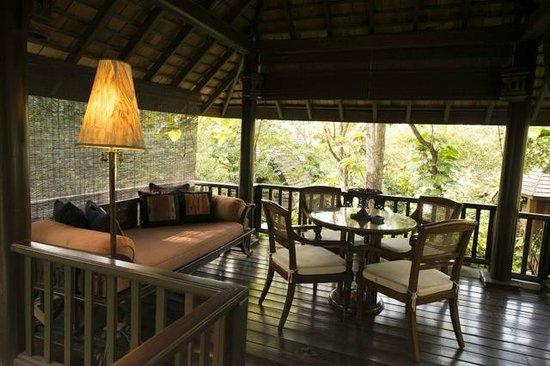 Four Seasons Resort Chiang Mai: Varanda privativa da suite/chalé. Repouso gratificante.