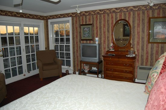 Hippensteal's Mountain View Inn: Side of room looking toward end of the inn