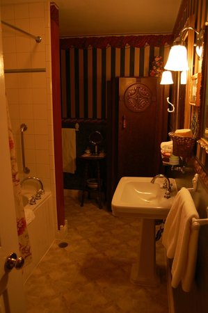 Hippensteal's Mountain View Inn: Bathroom