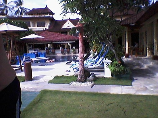 Bali Shangrila Beach Club: Pool view from Outside lounging area