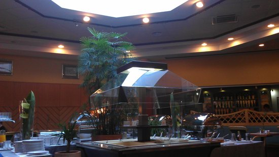 Mercure Jelenia Gora: Breakfast room - only light from above