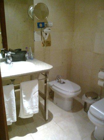 Hotel Ponferrada Plaza: Baño de habitación doble estándar.