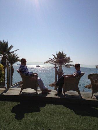 Leonardo Plaza Hotel Eilat: Отдых в креслах с видом на залив (территория отеля)